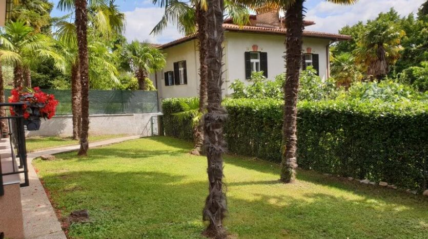 Beautiful pittoresque house 200m from the sea for sale in Croatia garden