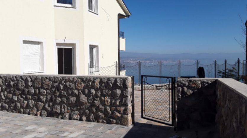 Apartment with Large Garden and Sea View for sale