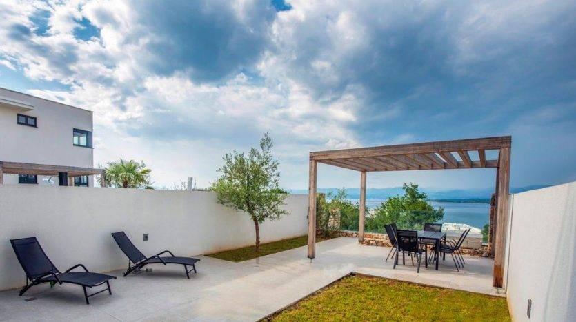 apartman s vrtom i pogledom na more na prodaju u krku